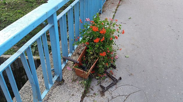 Okrasné truhlíky s květinami na mostě ve Smetanově ulici ve Vsetíně se opakovaně stávají terčem vandalů.