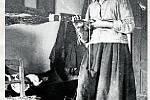 7. METLÁŘKA.Domácí výroba dvouhlavých březových metel byla považována za práci lehkou, i proto se jí často věnovaly ženy.