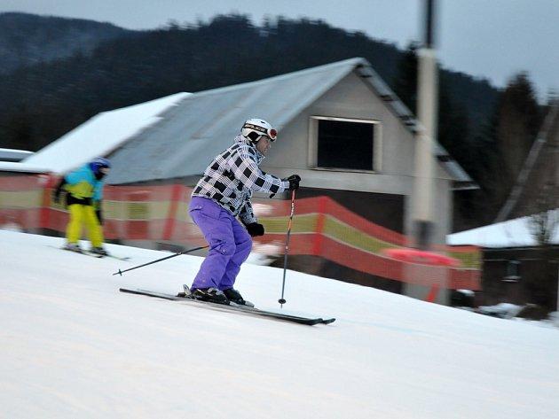 Lyžaři ve Skiareálu Sachova Studánka v Horní Bečvě; sobota 3. ledna 2015