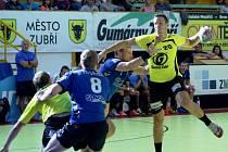 Házenkáři Zubří (žluté dresy) na Valašském poháru 2015 remízovali s Hlohovcem 24:24.