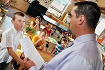 V Janové na Vsetínsku si v pátek 29. června 2012 přišlo pro vysvědčení šestnáct žáků zdejší malotřídní základní školy.