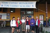 Účastníci Mezinárodního týdne turistiky na Valašsku čekají na odjezd vlaku na vsetínském nádraží; Vsetín, středa 17. července 2013.