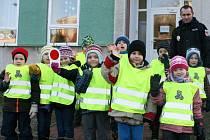 Ředitel Městské policie v Rožnově pod Radhoštěm Daniel Vašut předal dětem a učitelkám v rožnovských mateřských školách reflexní vesty a další bezpečnostní prvky.