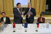 Starosta Horní Lidče Josef Tkadlec a starosta Dohňan Milan Panáček po podepsání smlouvy.