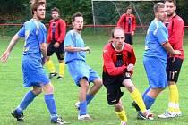Fotbalisté Juřinky (červené dresy) v domácím prostředí prohráli s Vizovicemi vysoko 0:3.