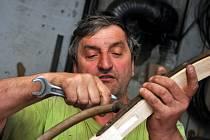 Vyučený kolář Augustin Krystyník z Nového Hrozenkova vyrábí v rodinné dílně loukoťová kola i restauruje kočáry či bryčky.