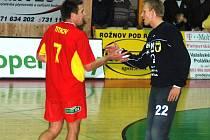 Brankář Zdeněk Luňák (vpravo) se spoluhráčem Andrejem Titkovem.