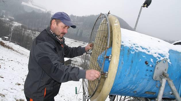 Správce lyžařského areálu Jasenka Vladimír Ernest usazuje na sací otvor sněžného děla ochrannou mříž. Sjezdovka je připravena na umělé zasněžování, nyní zbývá jen počkat na mráz.