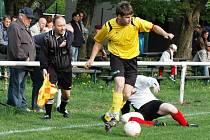 Fotbalisté Podlesí (ve žlutém) získali ze dvou zápasů prodlouženého víkendu šest bodů. V tomto utkání porazili Horní Lideč 2:0.