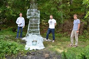 Ledová socha boha Radegasta podpořila postupným roztáním vznik další tůně pod Pustevnami.