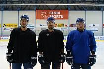 Jakub Pořický (napravo) je novým kapitánem hokejových Bobrů.
