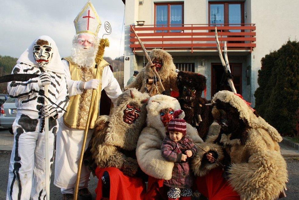 Ve Valašské Polance chodily o víkendu dvě skupiny čertů