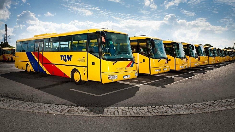 Žluté autobusy s modrým a červeným pruhem společnosti TQM - holding budou od 1. ledna 2021 vozit cestující na příměstských linkách na Rožnovsku a Valašskomeziříčsku.