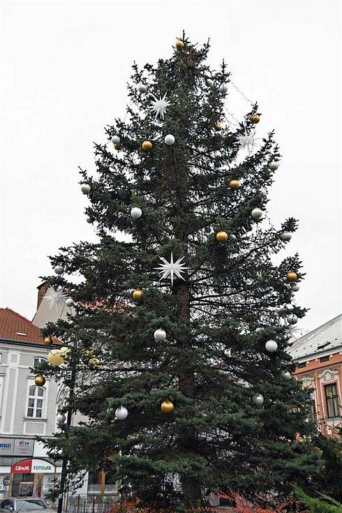 Vánoční strom na náměstí ve Valašském Meziříčí.