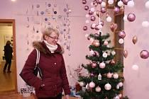 Křehká krása z Valašska. Pod tímto poetickým názvem se ukrývá výstava skleněných vánočních ozdob, které už 60 let vyrábí ve Vsetíně výrobní družstvo Irisa.