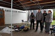 Odborníci ničí dřevokazný hmyz v Karlovském muzeu horkým vzduchem.  Členové týmu společnosti Thermo Sanace.