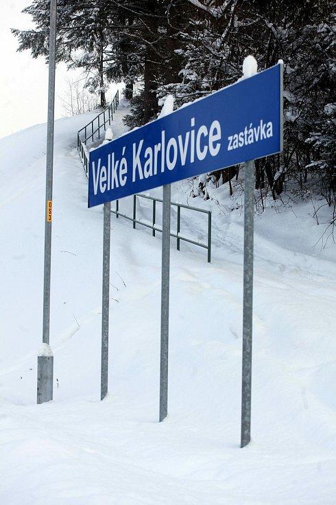 Zasněžené Velké Karlovice v lednu 2020. Nádraží.