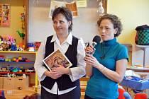 Čtyřiatřicetiletá Radka Křivová ze Vsetína (v modrém) křtila v úterý 3. prosince 2013 v Rodinném a mateřském centru Sluníčko svou knižní prvotinu s názvem Když se pedig stane koníčkem