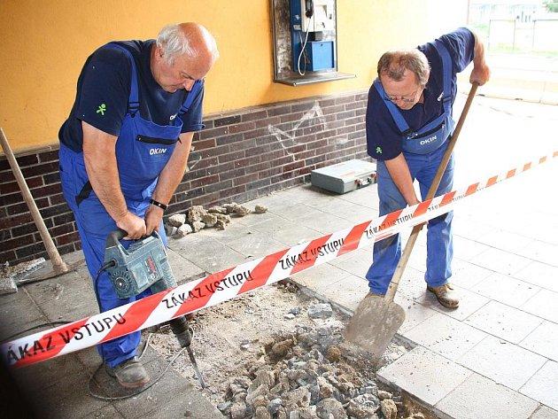 Dělníci začali v úterý11. srpna brzy ráno s opravou chodníků a schodů kolem vsetínského nádraží
