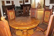 Detail intarzované desky stolu (pozdní baroko) a konšelský nábytek.