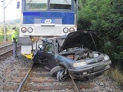 Havarované auto smetl projíždějící vlak.