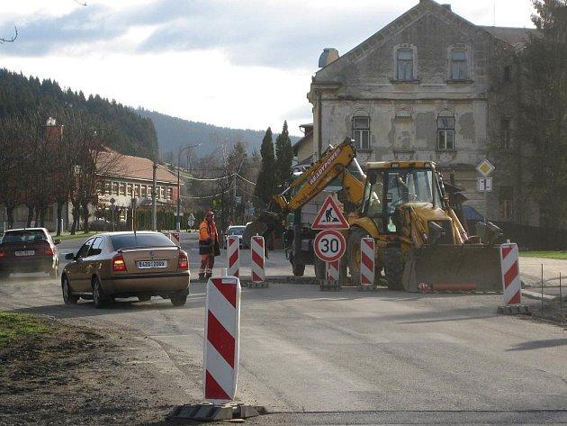 Po zimě se silničáři vrhli na výtluky i další etapu rekonstrukce silnice vedoucí na Slovensko.