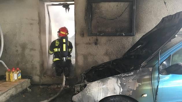 Plameny pohltily autodílnu ve Valašské Bystřici na Vsetínsku