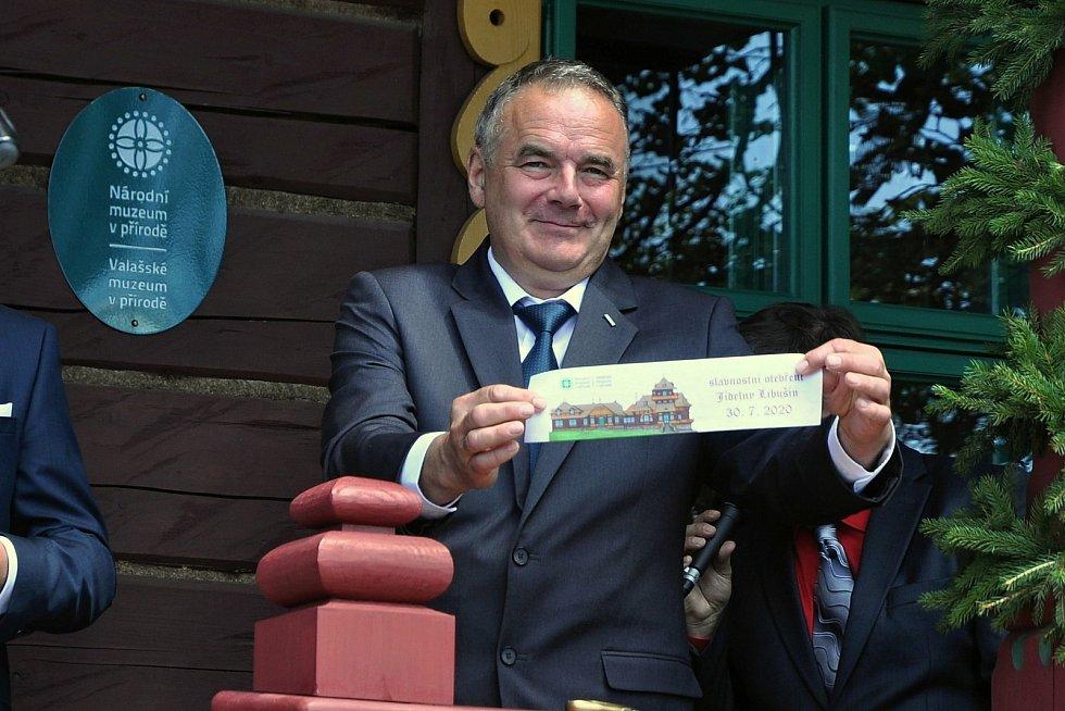 Technický náměstek Národního muzea v přírodě Milan Gesierich s částí pásky, jejímž přestřižením byla slavnostně otevřena obnovená chata Libušín na Pustevnách v Beskydech; čtvrtek 30. července 2020
