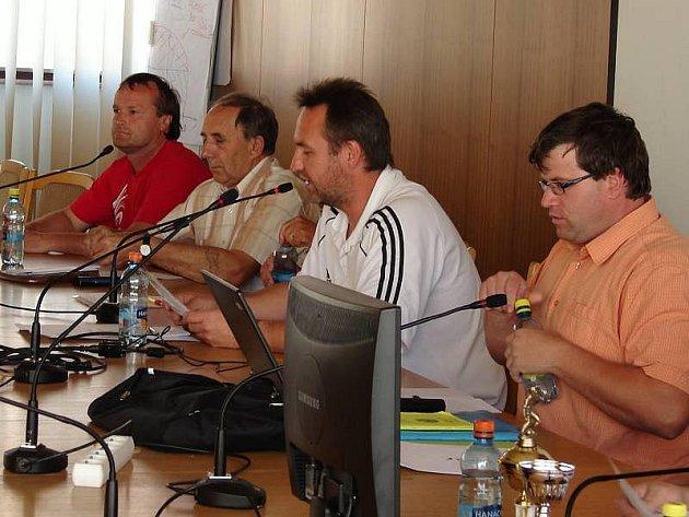 Losování nového soutěžního ročníku OFS Vsetín mělo rychlý průběh. Martin Černovský (první zprava) si vzal slovo, stručně a věcně vysvětlil pravidla hry. Fotbalový podzim začíná již v 8. srpna.