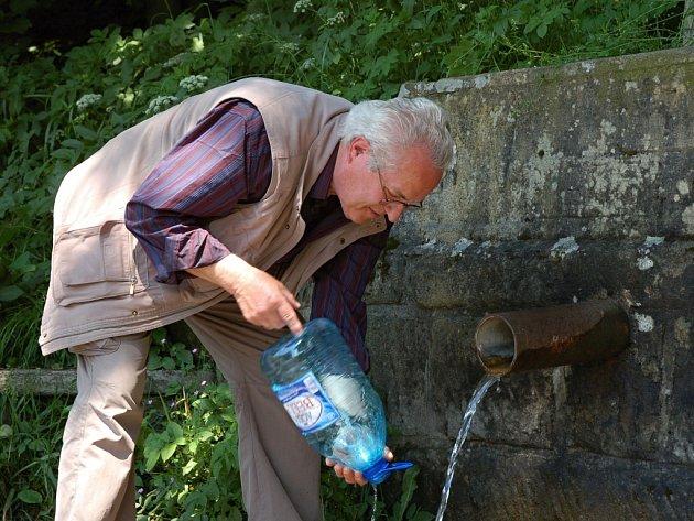 Studánky jsou oblíbeným zdrojem pitné vody. Před řadou z nich ale odborníci varují. Ilustrační foto.