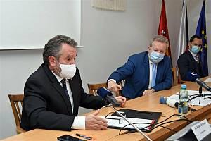 Starosta Valašského Meziříčí Robert Stržínek (ANO) (vlevo) a ministr životního prostředí ČR Richard Brabec (ANO) při jednání o ekologické havárii na řece Bečvě; pátek 27. listopadu 2020