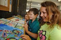 Přes čtyři sta obrázků poslaly děti z mateřských a základních škol z Valašska i Čech do výtvarné soutěže na témata Můj oblíbený dopravní prostředek a Dopravní prostor v roce 2040, kterou uspořádaly valašskomeziříčská radnice a místní komise Besip.