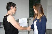 Své poslední vysvědčení ze základní školy si v pátek 30. června odnesli žáci 9.A třídy Základní školy Trávníky. Při jeho předávání jim úspěchy v dalším životě popřála třídní učitelka Věra Geržová.