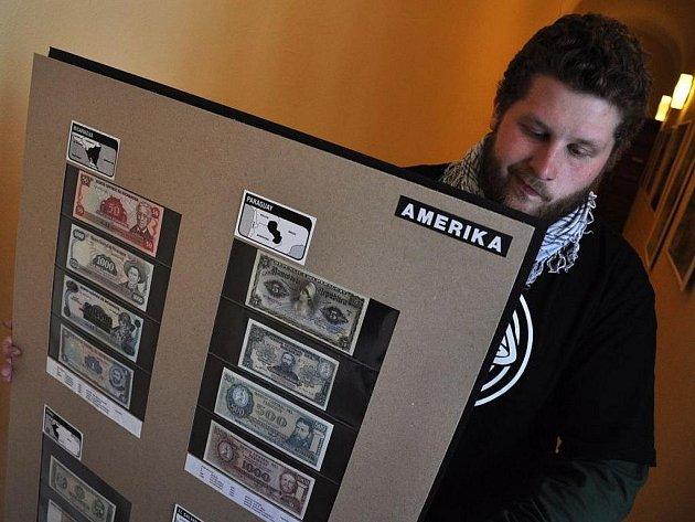 V Muzeu regionu Valašsko v zámku ve Vsetíně začíná 1. února 2012 výstava bankovek takřka z celého světa. Pocházejí ze sbírky cestovatele Libora Bureše