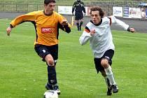 Fotbalisté Valašského Meziříčí (v oranžovém Roman Jahoda) vyhráli třetí zápas v řadě. Svěřenci trenéra Blaška včera zvítězili v nedalekém Novém Jičíně 4:1.