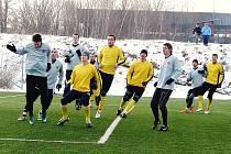 Fotbalisté Valašského Meziříčí (světlejší štulpny) si na jarní generálku pozvali Bystřici pod Hostýnem a vyhráli 2:0.