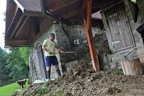 Karel Hajda likviduje následky pondělní průtrže mračen (28. července 2014), která způsobila sesuv půdy na zahradě jeho domu v údolí Kobylská v Karolince; Karolinka, úterý 29. července 2014