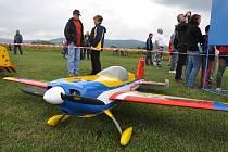 Obří modely akrobatických letadel mají rozpětí 3 metry, váží 20 kg a létají až 220 km/h. Nebe nad Poličnou zaplní v sobotu a neděli 23. a 24. černva 2018