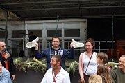 Tradičním zpestřením byly také soutěže – v předení na kolovrátku či v pojídání halušek. Ve druhé zmíněné zvítězil tradiční účastník klání jedlíků Jaroslav Němec (modrá mikina s kapucí).