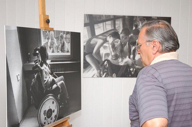Výstava sociálních fotografií Jindřicha Štreita, zachycující život dětí v základní škole Integra ve Vsetíně, byla na vsetínské radnici zahájena v pondělí 1. září