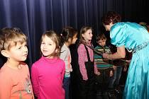 Přes tři stovky dětí ze šestnácti prvních tříd sedmi základních škol ve Vsetíně se včera staly rytířkami a rytíři řádu čtenářského.