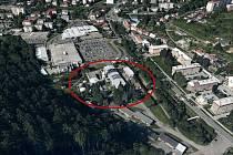 Červený ovál označuje areál, ve kterém má zařízení pro energetické využívání odpadu do budoucna vzniknout. Sousedí s nákupním centrem a sídlištěm.