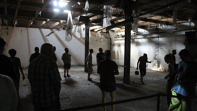 Na prohlídku chátrajícího Vsetínského pivovaru přišly desítky zvědavců