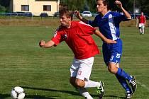 Fotbalisté Hrachovce (červené dresy).