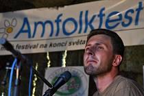 Účinkující a diváci 18. ročníku hudebního festivalu Amfolkfest v osadě Pulčín u Francovy Lhoty.
