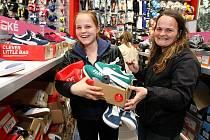 Slevové akce vážící se k Černému pátku přilákaly do obchodů řadu zákazníků. Ilustrační foto.