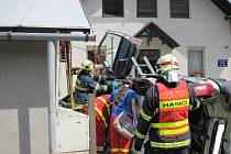 Ve Vsetíně se střetl náklaďák s osobním autem