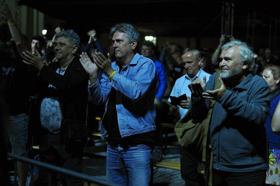 Publikum sleduje a tleská vystoupení kapely Flamengo Reunion Session na II. nádvoří zámku Žerotínů ve Valašském Meziříčí, které bylo jedním z vrcholů 39. ročníku folk-blues-beat festivalu Valašský špalíček; sobota 26. června 2021