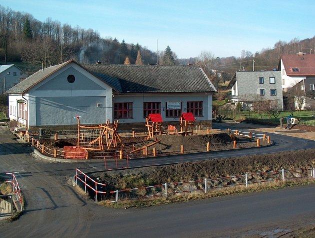 U budovy bývalé horní školy v Zubří vyrostlo nové dětské hřiště. Výstavba relaxačního centra pokračuje dále. Na snímku současný stav.