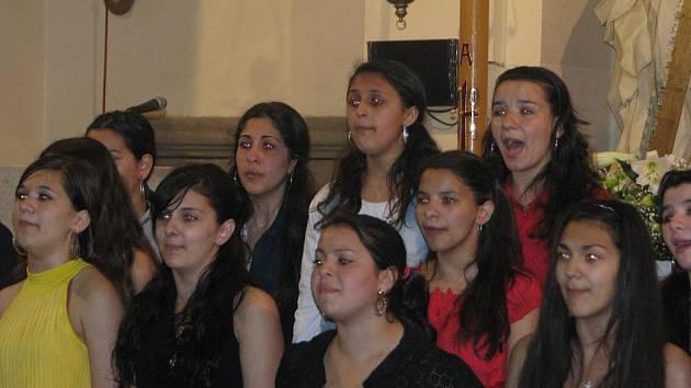 Ve valašskomeziříčském kostele Nanebevzetí Panny Marie dnes koncertoval romský dětský pěvecký sbor Čhavorenge, vedený známou zpěvačkou a sbormistryní Idou Kelarovou.